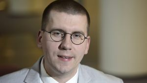 Perussuomalaisten 3. varapuheenjohtaja Sebastian Tynkkynen poseeraa eduskunnassa tiistaina 6. lokakuuta.