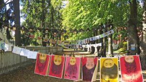 Koululaisten piirroksia Pyynikin kirkkopuistossa.