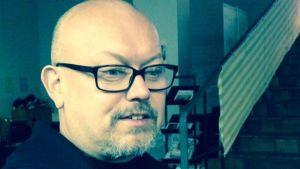 kouvola film festivalin puuhamies sami malmberg istuu voima-teatterissa