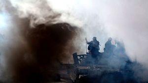 Venäläisiä sotilaita panssariajoneuvon päällä lähellä Eguetia Georgian Etelä-Ossetiassa elokuussa 2008. Ilmassa leijuu sankkaa savua.