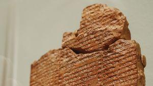 Osa Gilgameshia eli ihmiskunnan historian ensimmäisestä suuresta kaunokirjallisesta teoksesta Michael C. Carlos-museossa Yhdysvalloissa.