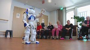 Jumppaava robotti viihdyttää hoivakodin asukkaita