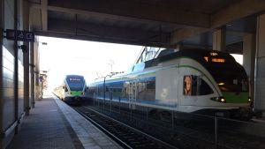 Kaksi junaa Pasilassa tunnelissa.