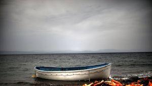 Turvapaikanhakijoiden käyttämä vene ja pelastusliivit kuvattuna Lesboksen saarella Kreikassa.