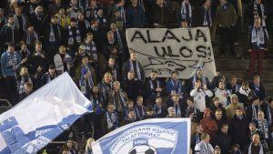 Huuhkajien fanit vaativat Pertti Alajaa ulos.