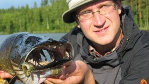 Joni Tiainen tutkii hauen kestävää kalastusta.
