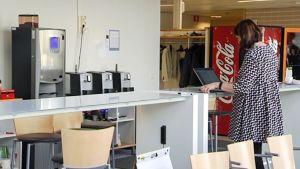 nainen työskentelee tietokoneella seisten