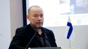 Timo Sipola puhumassa toimittajaverkosto Barents Pressin tilaisuudessa Oulussa.