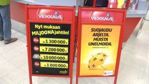 Veikkauksen mainoskylttejä kaupassa