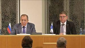 Sergei Lavrov ja Timo Soini tiedotustilaisuudessa.