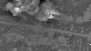 Venäjän puolustusministeriön keskiviikkona julkaisemassa videomateriaalissa näkyvä savupilvi tulee Venäjän mukaan ilmaiskusta Isis-järjestön komentokeskusta vastaan Aleppon lähellä Syyriassa.