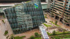 """Greenpeace vaati hongkongilaista Standard Chartered -pankki valitsemaan """"korallin, ei hiiltä"""" mielenosoituksessa Hongkongissa Kiinassa 23. kesäkuuta 2015."""