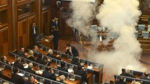 Oppositio teki ensimmäisen kyynelkaasuiskun Kosovan parlamentissa 8. lokakuuta 2015.