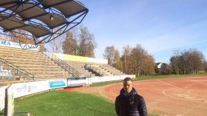 Janne Heimonen kotikentällään Vimpelin Saarikentällä.