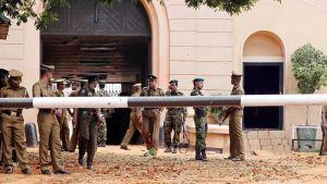 Vanginvartijoita ja sotilaita Welikada vankilan portilla Colombossa.
