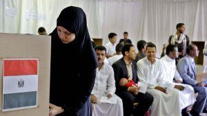 Saudi-Arabiassa asuva Egyptiläinen äänesti Egyptin parlamenttivaaleissa Riadissa, Saudi-Arabiassa 17. lokakuuta.