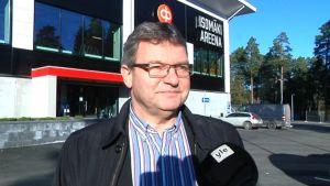 Ässien toimitusjohtaja Jukka Hirsimäki Isomäki Areenan edessä