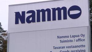 Nammon Vihtavuoren tehtaan kyltti.