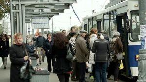 Ihmisä bussipysäkillä.