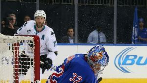 Antti Raanta torjuu NY Rangersin maalilla.