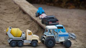 Leluautoja leikkipaikalla