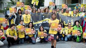 Amnesty Internationalin jäsenet osoittavat mieltään bloggaaja Raif Badavin puolesta.