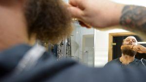 Ville Saaren parta peilistä katsottuna.