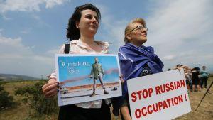 Venäjää vastustavia georgialaisia mielenosoittajia lähellä Etelä-Ossetian ja Georgian rajaa.