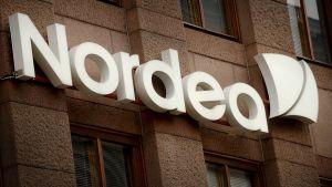 Finanssikonserni Nordean logo konttorin ulkopuolella Helsingissä Aleksanterinkadulla 16. heinäkuuta 2015.
