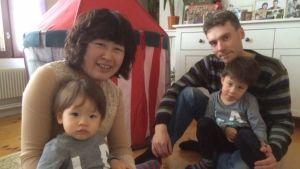 Ville ja Jane Liu Eteläaholla on kaksi lasta. Vanhempi on Elias ja nuorempi Akseli.