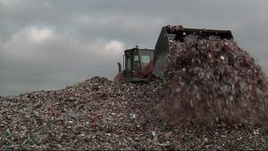 Pyöräkuormaaja siirtelee muoviroskia Kujalan jäteasemalla Lahdessa.