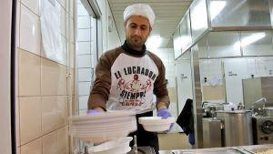 Saman Ahmad tekee keittiötöitä