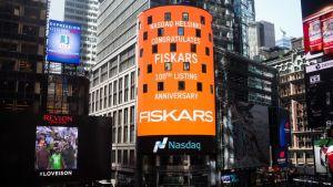 """Onnitteluviesti New Yorkin pörssin """"the tower"""" -valotaululla Fiskarsin Helsingin pörssiin listautumisen 100-vuotispäivänä."""