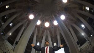 Barcelonan Sagrada Familian katedraalin pääarkkitehti Jordi Fauli julkisti katedraalissa 21. lokakuuta kirkon keskustornien rakennustöiden aloittamisen.