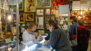 Moskovalaisilla antiikkimessuilla voi ostaa esineitä, joilla markkinoidaan olevan taikavoimia.