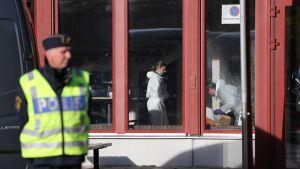 Poliisi jatkaa teknistä tutkintaa Kronan-koulussa. Kouluhyökkääjä liikkui koulussa laajasti, ja siksi tutkinta vie aikaa.