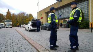 Kaksi poliisia Turun rautatieaseman edessä.