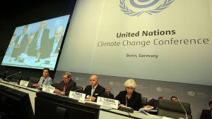 YK:n merkki ja ihmisiä