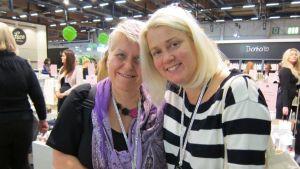 Kaksi aikuista bloggaajanaista