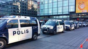 Lukuisia poliisiautoja.