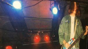 Tuukka Temonen lavalla Apulannan keikalla 90-luvun puolivälissä
