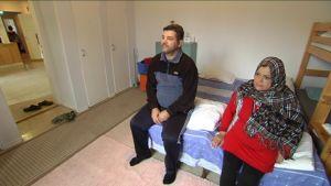 Mohammed Qasim Atiyah ja Intsar Khalid Dahham Al-Maliki istumassa sängyn laidalla.