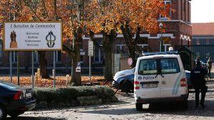Poliisiauto varuskunnan edessä.