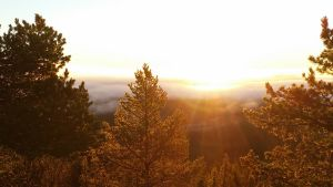 Auringon nousu syysaamuna Pudasjärven Iso-Syötteellä 24.10.2015.