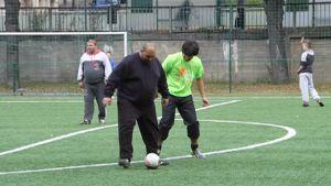 Pelaajia jalkapallokentällä.