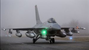 Tanskalainen F16-hävittäjä nousi ilmaan Fighter Wing Skrydstrupin lentotukikohdasta Jyllannissa maaliskuussa 2011.