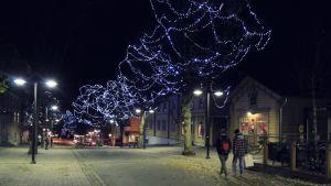 Lappeenrannan jouluvalot iltahämärässä.