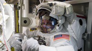 Scott Kellyvalmistautuu avaruuskävelyyn kansainvälisellä avaruusasemalla.