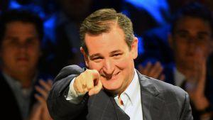 Ted Cruz osoittaa sormella kameraa.