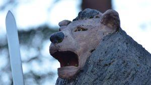 Leijona katsoo itään jääri Jussin hautasellin katolla